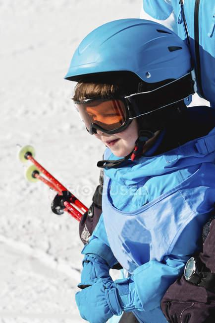 Preschooler boy in ski goggles having skiing lesson. — Stock Photo