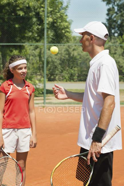 Instrutor de tênis conversando com estudante adolescente . — Fotografia de Stock