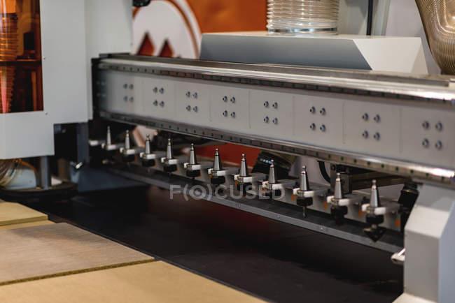Machine industrielle cnc pour Mdf et bois à l'usine professionnelle. — Photo de stock