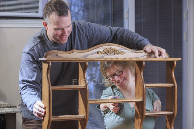 Frau mit Teersyndrom benutzte elektrische Säge mit Ehemann. — Stockfoto