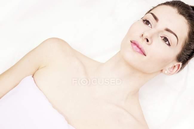 Retrato de una joven acostada en el sofá de la clínica. - foto de stock