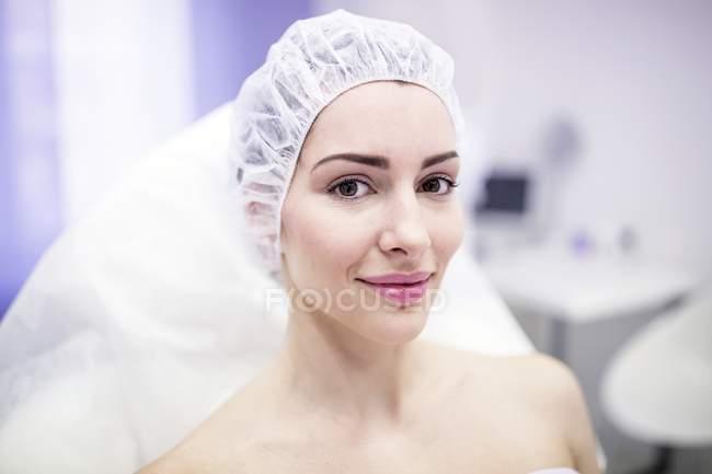 Donna con berretto chirurgico in clinica . — Foto stock