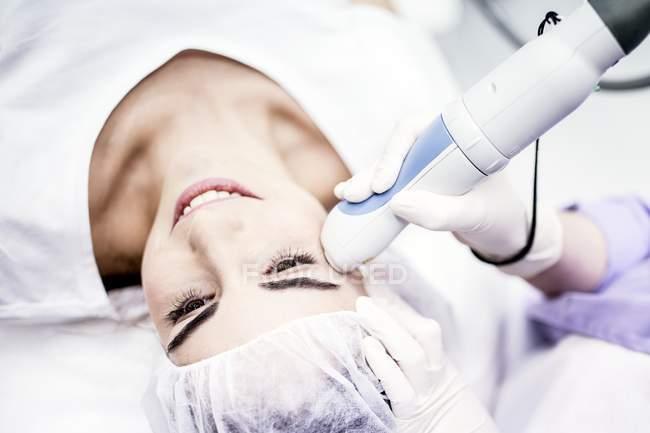 Dermatologe bei der Behandlung von Falten im weiblichen Gesicht, Nahaufnahme. — Stockfoto