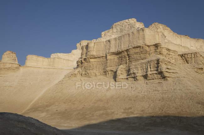La formazione di pietre di Marl e le scogliere erose in marl, ricche di carbonato di calcio, si sono formate da depositi sedimentari nella regione del Mar Morto di Israele. — Foto stock