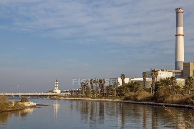 Central eléctrica de leitura na foz do rio Yarkon, no noroeste de Tel Aviv, Israel . — Fotografia de Stock