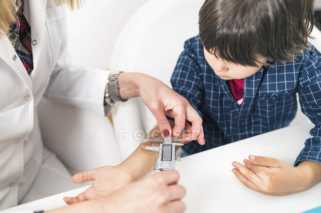 Female doctor measuring with calipers allergic reaction during skin prick test. — Stock Photo