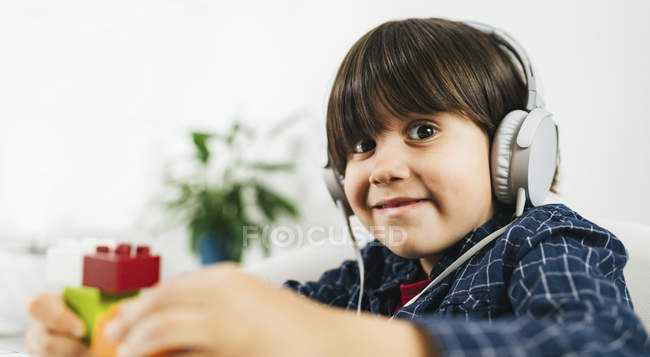 Garçon dans un casque ayant un test auditif dans la salle d'audiologie . — Photo de stock
