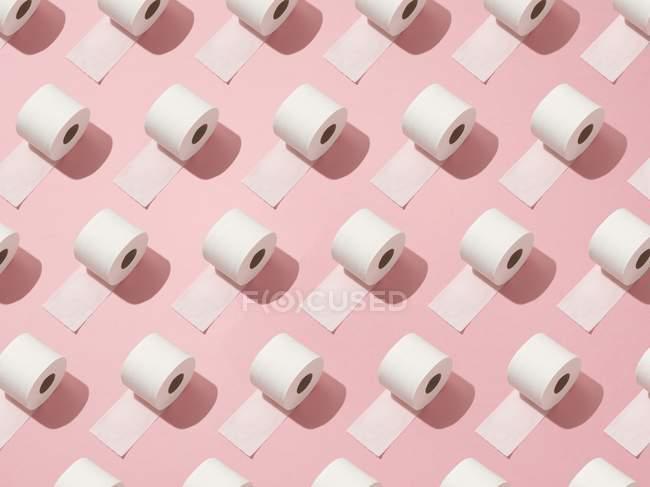 Patrón de rollos de inodoro sobre fondo rosa . - foto de stock