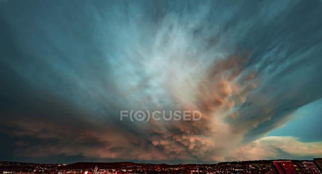Céu dramático durante trovoada sobre a paisagem urbana . — Fotografia de Stock