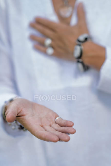 Primo piano delle mani della donna che dà pratica di virtù, gesto della mano. — Foto stock
