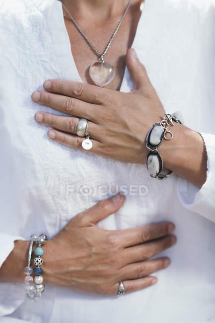 Primo piano della donna esprimendo gratitudine con le mani. — Foto stock