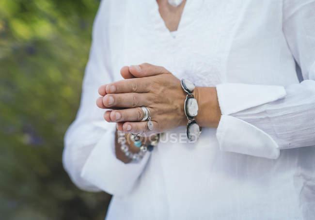 Primo piano delle mani della donna canalizzando l'energia positiva, percependo vibrazioni positive. — Foto stock