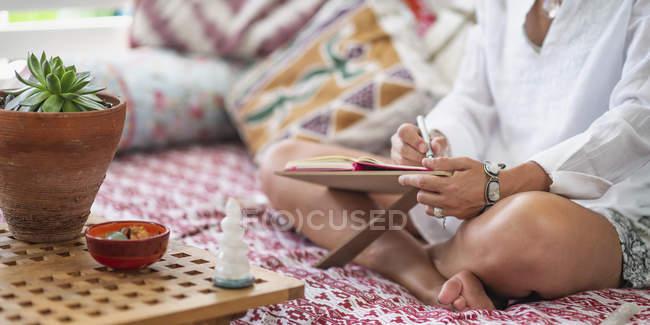 Coaching de la vida escribiendo un plan de desarrollo personal automejorado en casa. - foto de stock