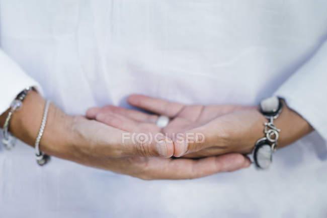 Primo piano delle mani della donna nel nutrire la meditazione con vibrazioni positive. — Foto stock