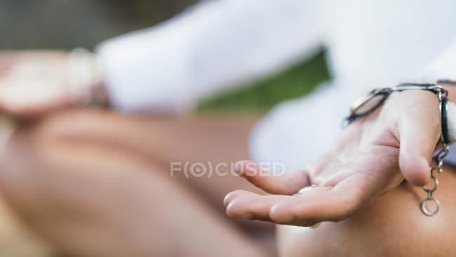 Encerramento das mãos da mulher meditando e equilibrando a energia. — Fotografia de Stock