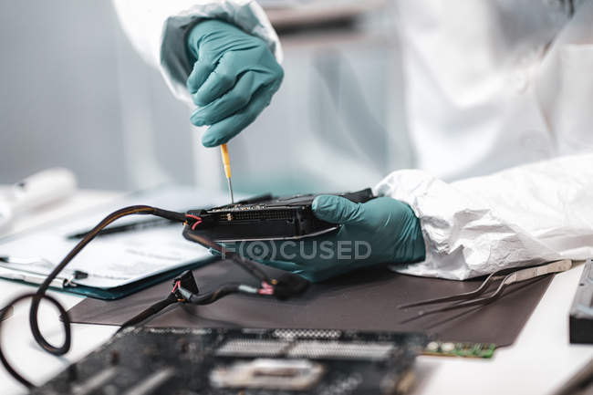 Digital forensic expert examining computer hard drive in police science laboratory. — Stock Photo
