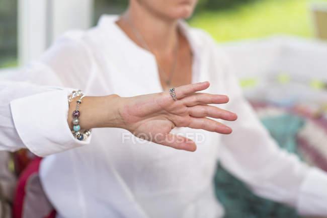 Primo piano della mano della donna che dà pratica di virtù, gesto della mano. — Foto stock
