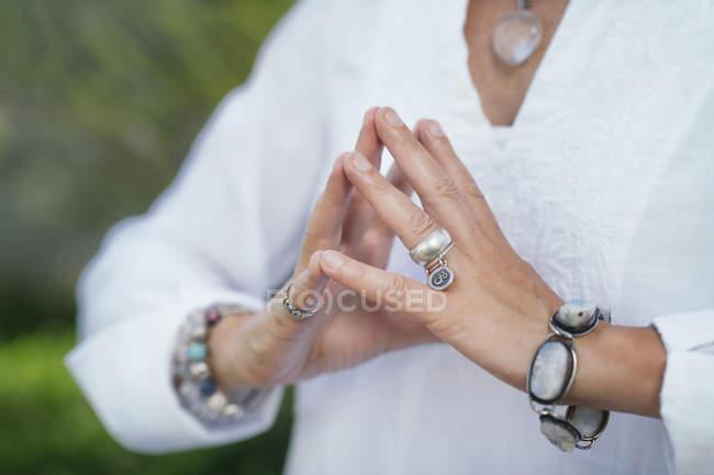 Primo piano delle mani della donna che equilibra l'energia e la guarigione con la meditazione. — Foto stock
