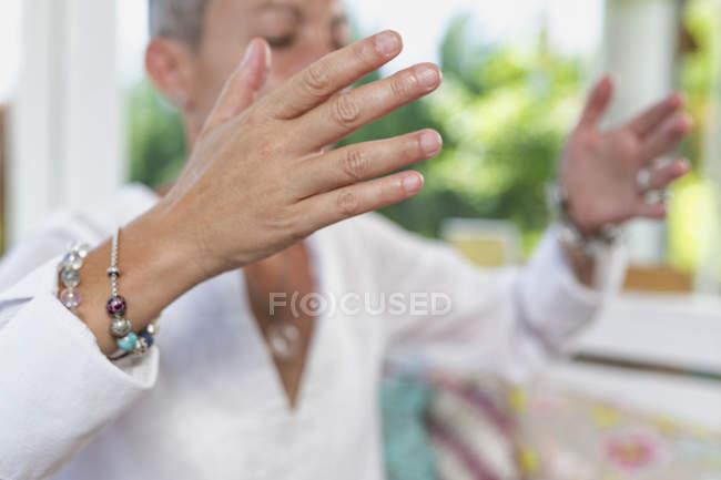 Donna che esprime gratitudine con le mani, dando e ricevendo il concetto di energia. — Foto stock