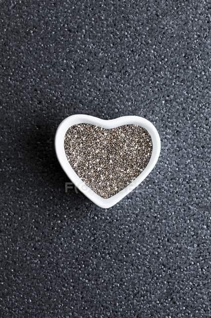 Насіння чорної чії у страві у формі серця.. — стокове фото