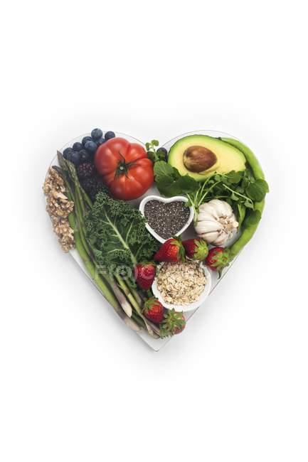 Alimentos saudáveis para o coração em placa em forma de coração, conceito de dieta saudável . — Fotografia de Stock