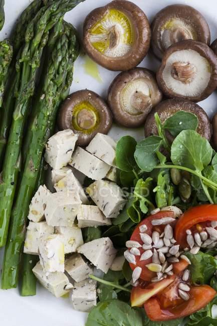 Repas végétal composé de tofu, de champignons, de légumes verts et de légumes. — Photo de stock