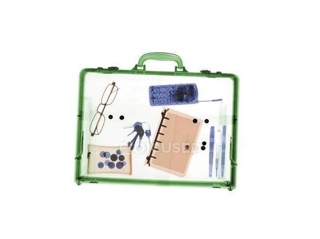 Briefcase з різними предметами, кольорові рентгенівські знімки. — стокове фото