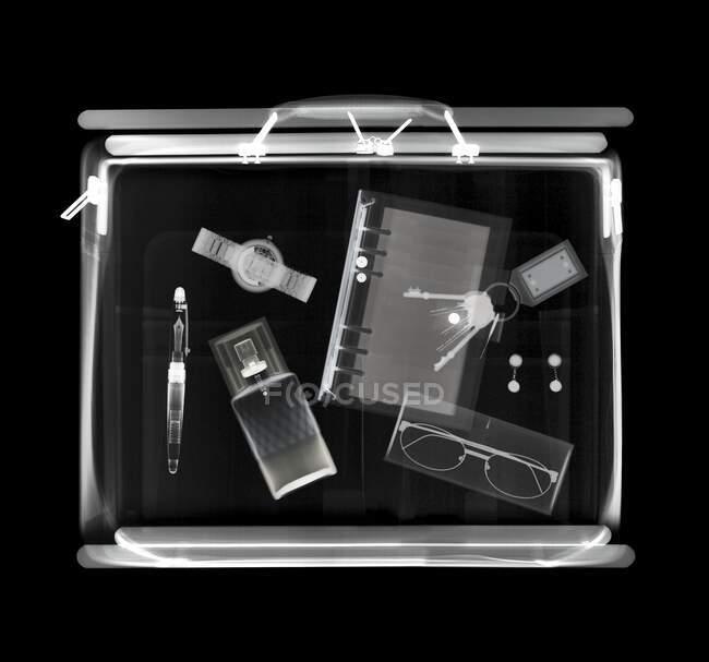 Holdall mit verschiedenen Gegenständen, Röntgen. — Stockfoto