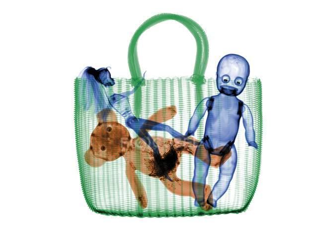 Bolso tejido con muñecas y peluche, de color X-ray. - foto de stock
