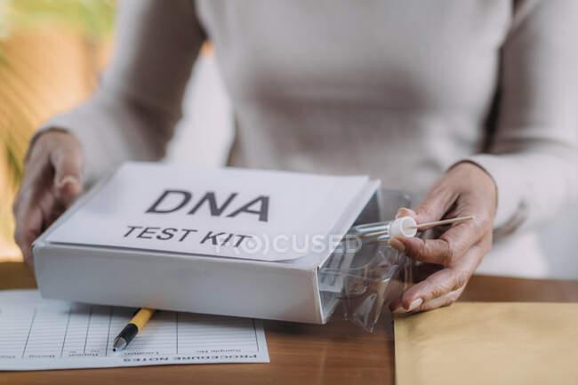 Пожилая женщина делала анализ ДНК на дому. — стоковое фото