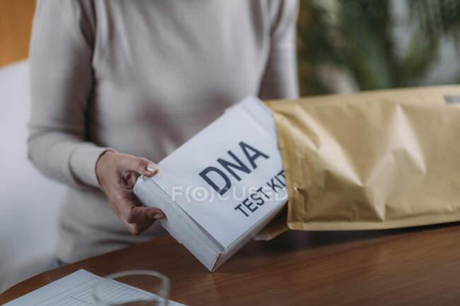 Старша жінка готує набор для тесту ДНК.. — стокове фото