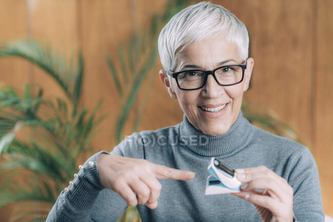 Measuring oxygen saturation in blood with pulse oximeter. — Stock Photo
