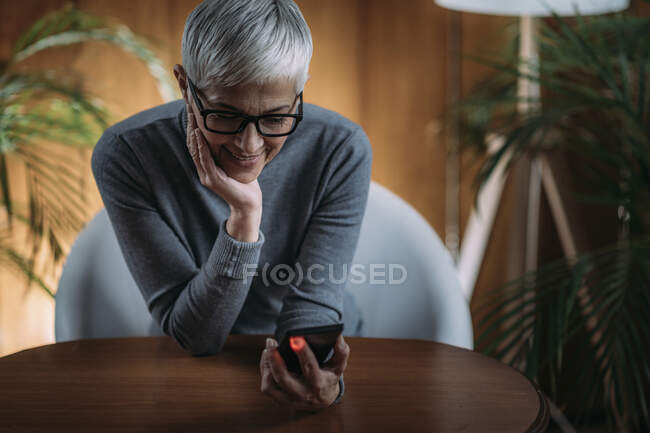 Measuring heart rate using back camera on a smart phone. — Stock Photo