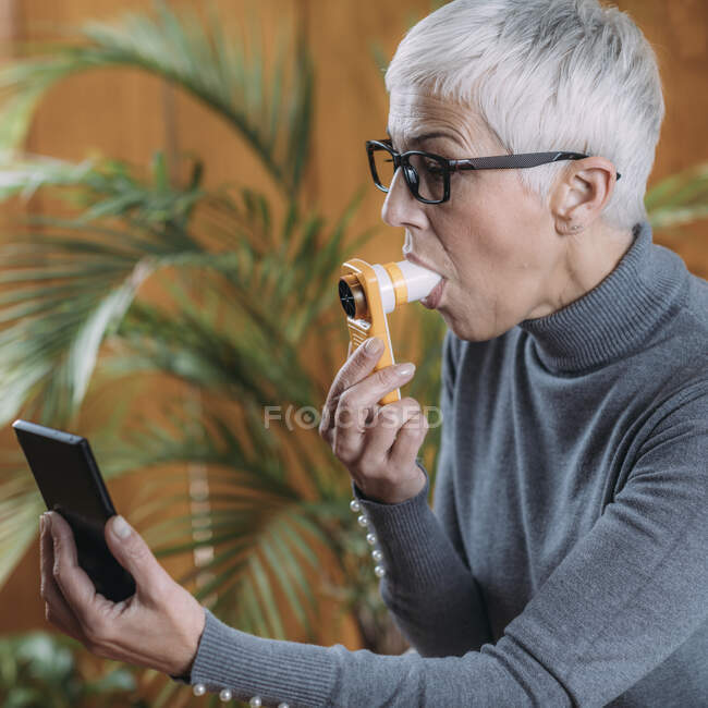 Portable digital spirometer, blowing test for lungs, forced expiratory volume and peak expiratory flow rate. — Stock Photo