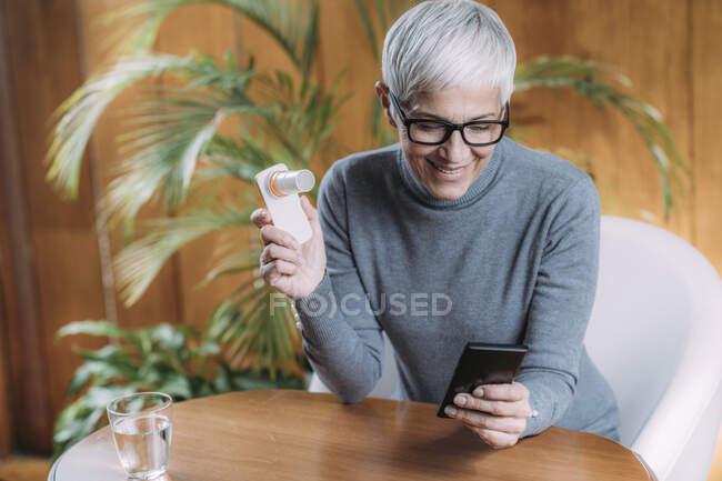 Спирометрия. С помощью цифрового спирометра с приложением для смартфона, тестируют линзы. — стоковое фото
