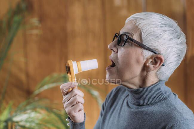 Спарометрія. Перевірка легенів за допомогою цифрового спірометра.. — стокове фото