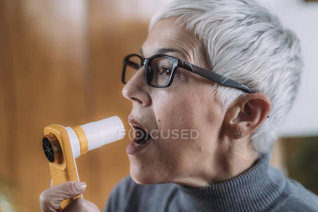 Мониторинг респираторных заболеваний с помощью цифрового спирометра. — стоковое фото