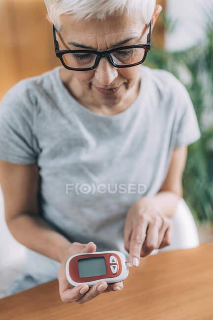 Diabetes. Measuring glucose levels. — Stock Photo