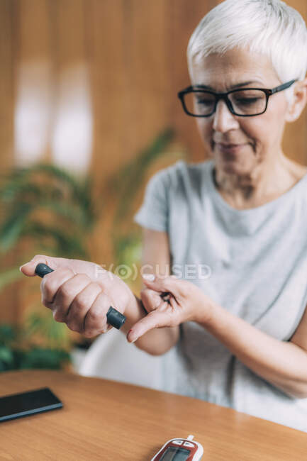 Blood sugar testing with portable glucometer. — Stock Photo