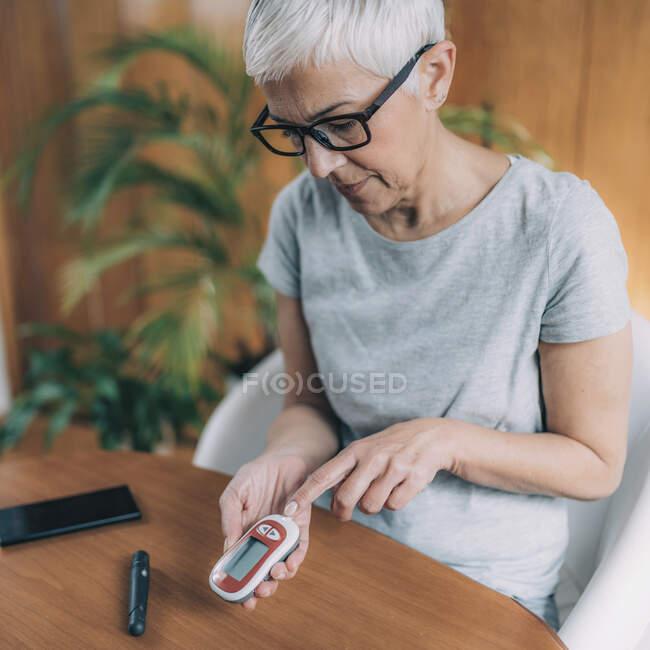 Цифровое здравоохранение. Уровень глюкозы в смартфоне. — стоковое фото