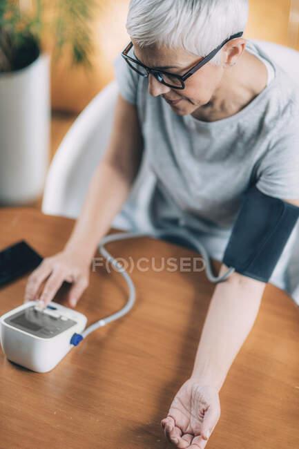 Digital health. Testing blood pressure. — Stock Photo