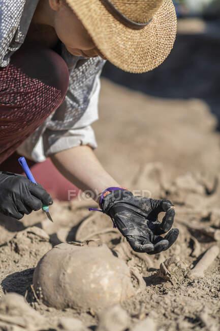 Археологи розкопували рештки стародавніх людей на археологічному місці.. — стокове фото