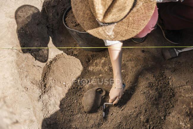 Археолог розкопує старовинну кераміку на археологічному місці.. — стокове фото