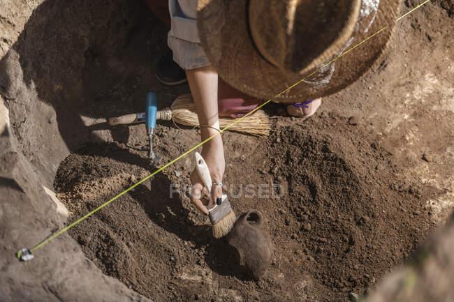 Археолог розкопує кераміку в археологічному місці.. — стокове фото