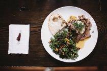 Fette di manzo arrosto e insalata fresca — Foto stock
