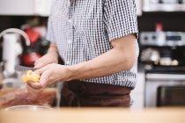 Koch kocht in der Küche — Stockfoto