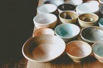 Cuencos de cerámica colorido vacío - foto de stock