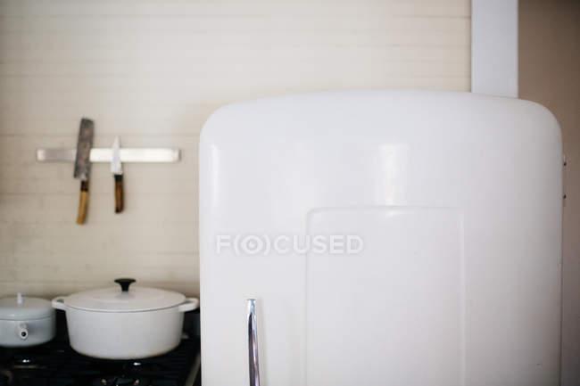 Utensilios y refrigerador vintage - foto de stock