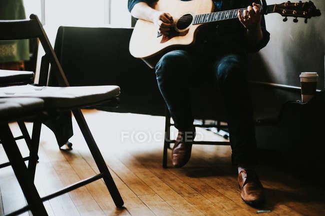 Hombre tocando la guitarra - foto de stock