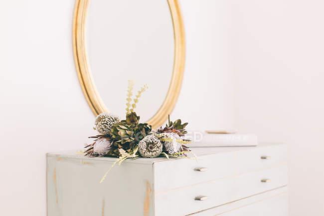 Composizione floreale sul comò — Foto stock